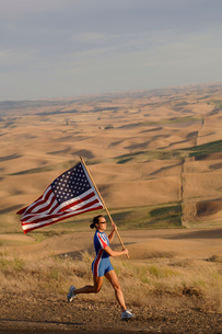 athlete with American flag on roadsideの写真素材 [FYI01988317]
