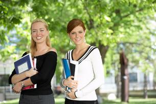 Women holding books in parkの写真素材 [FYI01988406]