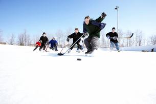 Ice hockey player skating towards puckの写真素材 [FYI01988414]