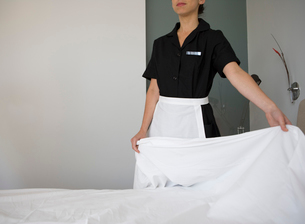 Maid making a bedの写真素材 [FYI01988454]