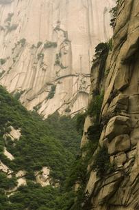 Low angle view of Hua Shan mountainの写真素材 [FYI01988486]