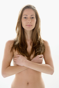 Young nude woman covering her breastsの写真素材 [FYI01988548]