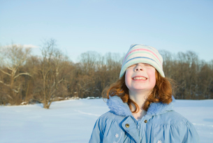 Young girl grinning in snowの写真素材 [FYI01988557]