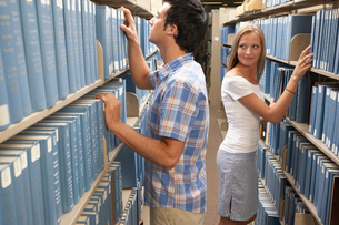 People browsing books in libraryの写真素材 [FYI01988558]