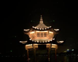 Illuminated pagoda at nightの写真素材 [FYI01988597]