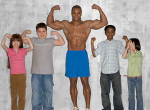 Children flexing muscles with athleteの写真素材 [FYI01988621]