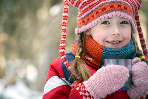 girl drinking hot chocolate outdoorsの写真素材 [FYI01988651]