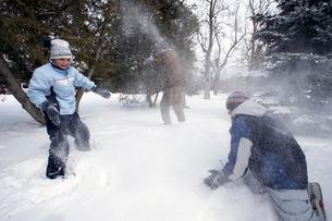 Siblings having snowball fightの写真素材 [FYI01988677]