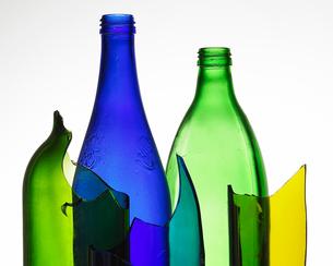 Broken colored glass bottlesの写真素材 [FYI01988684]