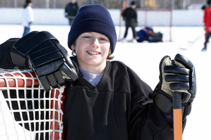 Ice hockey player leaning on goalの写真素材 [FYI01988742]