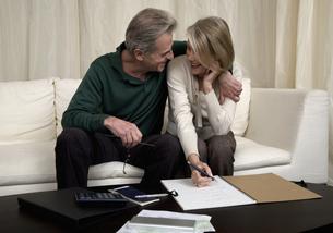 Senior couple calculating home financesの写真素材 [FYI01988778]