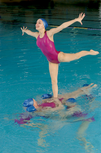 Synchronized swim team performingの写真素材 [FYI01988782]