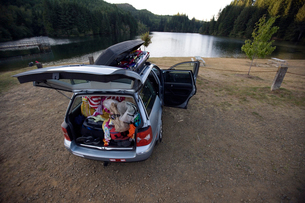 Open car full of camping equipmentの写真素材 [FYI01988814]