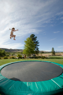 Girl jumping on trampolineの写真素材 [FYI01988819]