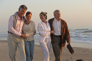 Mature couples walking on the beachの写真素材 [FYI01988903]