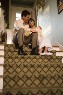 Father talking to daughter on staircaseの写真素材 [FYI01988904]