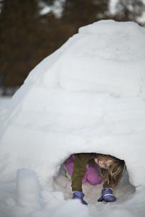 Girl hiding in snow fortの写真素材 [FYI01988918]