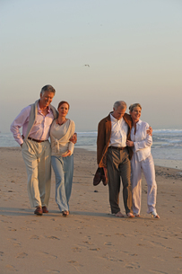 Mature couples walking on the beachの写真素材 [FYI01988946]