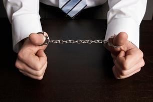 handcuffed thumbs of a businessmanの写真素材 [FYI01988953]