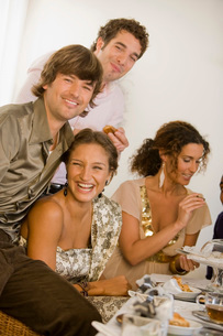 Friends laughing at dinner tableの写真素材 [FYI01989111]