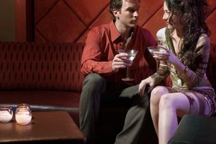 Couple having drinks in barの写真素材 [FYI01989118]