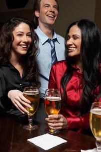 Businesspeople having drinks at barの写真素材 [FYI01989133]