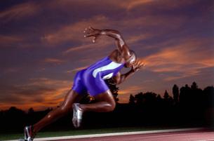 Male athlete running on trackの写真素材 [FYI01989149]
