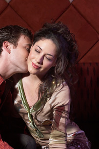Couple kissing in barの写真素材 [FYI01989153]