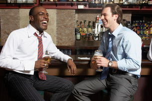 Businessmen sitting at barの写真素材 [FYI01989176]