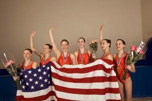 Swim team holding American flagの写真素材 [FYI01989180]