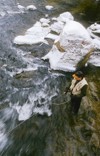fly fisherman casting in streamの写真素材 [FYI01989187]