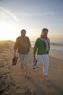 Mature men walking barefoot on the beachの写真素材 [FYI01989191]