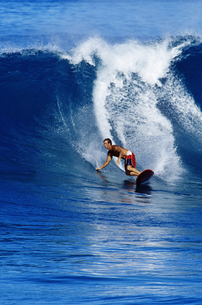 Surfer riding a waveの写真素材 [FYI01989193]
