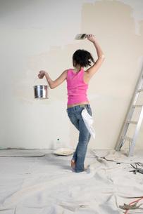 Woman painting roomの写真素材 [FYI01989195]