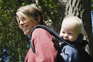 Side  woman carrying child in backpackの写真素材 [FYI01989200]