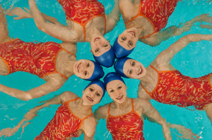 Synchronized swim team practicingの写真素材 [FYI01989203]