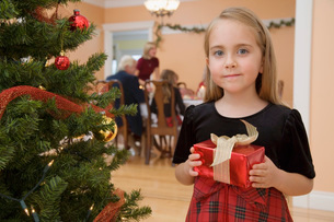 Young girl holding Christmas presentの写真素材 [FYI01989209]