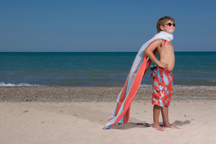 Young boy wearing towel as capeの写真素材 [FYI01989227]