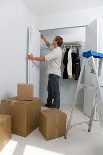 Man measuring closet doorwayの写真素材 [FYI01989257]