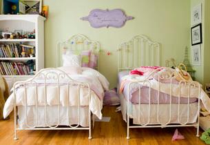 Sisters Pastel Colored Bedroomの写真素材 [FYI01989262]