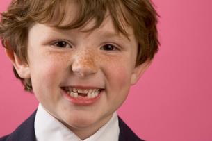 Smiling boy in business suitの写真素材 [FYI01989282]