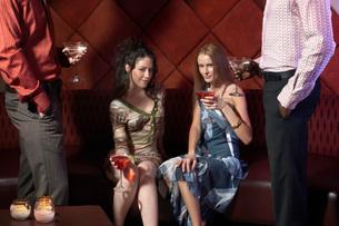 Women having drinks in barの写真素材 [FYI01989292]
