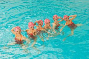 Synchronized swim team practicingの写真素材 [FYI01989299]