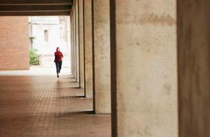 Woman running through pavilionの写真素材 [FYI01989305]