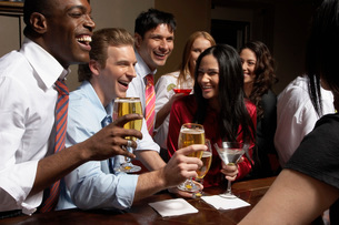 Businesspeople having drinks at barの写真素材 [FYI01989306]