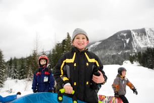 Children carrying sleds in snowの写真素材 [FYI01989358]