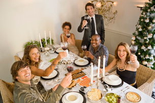 Friends toasting at dinner tableの写真素材 [FYI01989381]