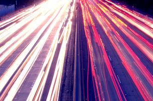 Blurred view of freeway trafficの写真素材 [FYI01989390]
