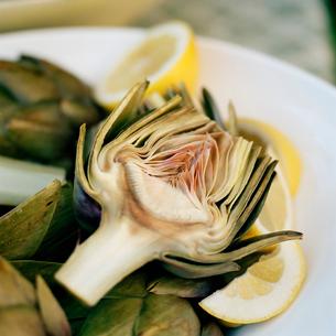 artichoke heart with lemon wedgeの写真素材 [FYI01989414]