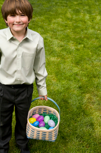 Boy outdoors holding Easter basketの写真素材 [FYI01989424]